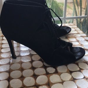 Vía spiga tie up suede heels